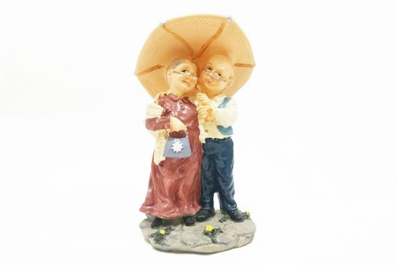 ตายายยืนกางร่ม
