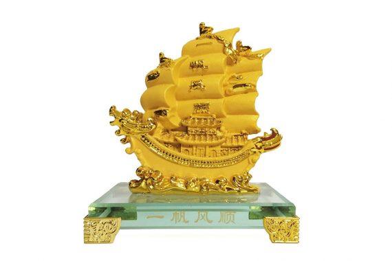 เรือสำเภาจีนหัวมังกรทองฐานแก้ว